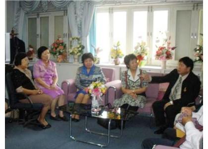 泰国曼谷华教促进会主席何韵女士率促进会理事同仁